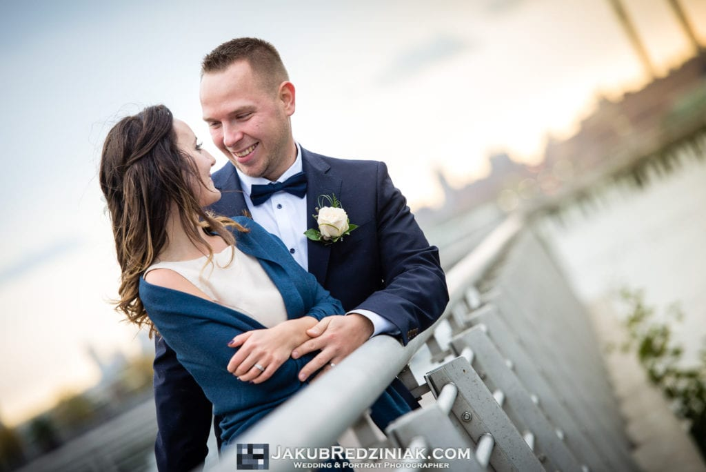 Elopement photo session in new york city at gantry plaza state park in long island city by the east river with couple
